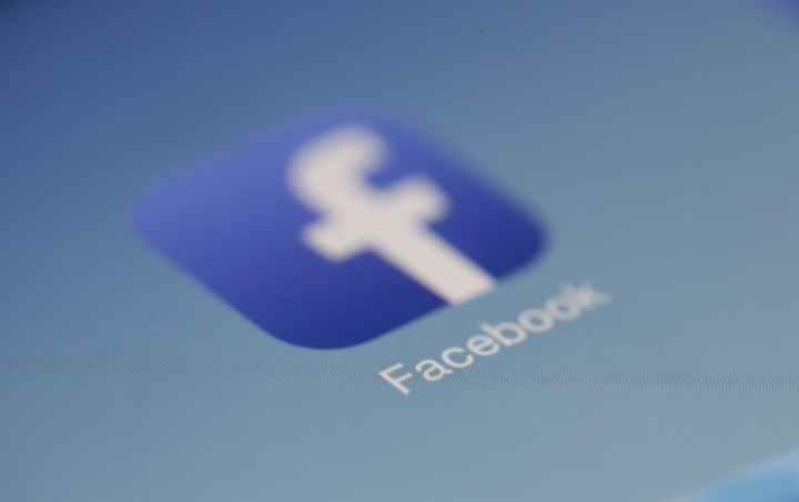 Logo del social network Facebook, visto sullo schermo touchscreen di uno smartphone: una quadrato blu, dagli angoli arrotondati, racchiude la f minuscola iniziale del suo nome e la scritta completa nella parte inferiore
