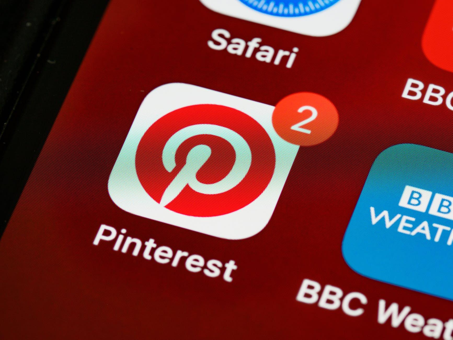 """Icona Pinterest su smartphone: la p minuscola in bianco, nel cerchio rosso, ricorda la """"a"""" della chiocciola"""