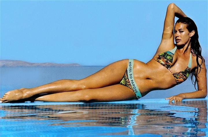 L'icona sexy degli anni 90 Megan Gale, in bikini floreale, sul bagnasciuga. La ricordiamo per le pubblicità televisive della Omnitel.